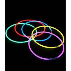 Indispensables pour vos soirées fluo, ce lot de 25 colliers lumineux vous  accompagnera aussi lors 214aae2ca3c6