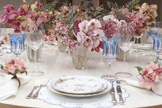 Nossa mesa de hoje foi pensada para ser delicada e leve, começando a ser desenhada a partir da louça, a belíssima Farfalle Fiorite, da Richard Ginori, by Theodora Home.