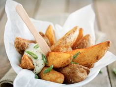 Find the recipe for crispy potato wedges here. Baked the corners are a good alternative to greasy french fries. There are two dip recipes. Crispy Potato Wedges, Crispy Potatoes, Dip Recipes, Meat Recipes, Crockpot Recipes, Juice Recipes, Vegetarian Cooking, Calories, Eat Smarter