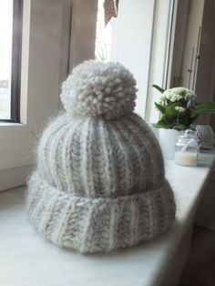 Hat knitting in the full patent with a large pom-pom instructions ines Baby Knitting Patterns, Knitting Stitches, Winter Beauty, Free Baby Stuff, Ravelry, Knitted Hats, Diy And Crafts, Knit Crochet, Winter Hats