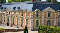 Le pavillon des cerfs, gite jouxtant les écuries, dans la cour d'honneur du château de la Ferté Saint-Aubin
