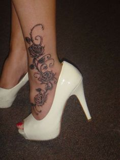 fleurs avec 3 roses et arabesques tatouage cheville femme pied