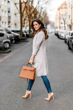 Louboutin nude Pigalle 120 pumps, Zara cashmere cardigan, Hermès Kelly bag in color gold (size 32)