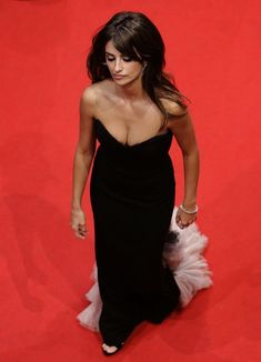 Penelope Cruz - Berlinale Film Festival in Berlin - -[Click Image for Full Size and Gallery]- Hollywood Celebrities, Hollywood Actresses, Salma Hayek Penelope Cruz, Penelope Cruze, Spanish Actress, Teresa Palmer, Hairstyles With Bangs, Lady, Beautiful People