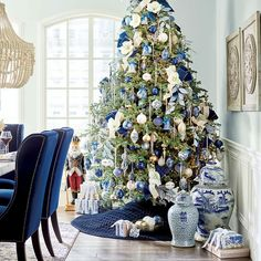 Blue Christmas Tree Decorations, Silver Christmas Tree, Colorful Christmas Tree, Christmas Home, Holiday Decor, White Christmas, Christmas Centrepieces, Luxury Christmas Tree, Elegant Christmas Trees