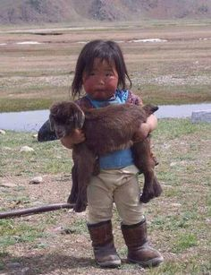 Incredibly cute, funny and adorable pictures showing animals from around the world with their baby human owners. or do they own the baby humans? Precious Children, Beautiful Children, Beautiful Babies, Beautiful People, Little People, Little Girls, Little Children, Lil Boy, Cute Kids