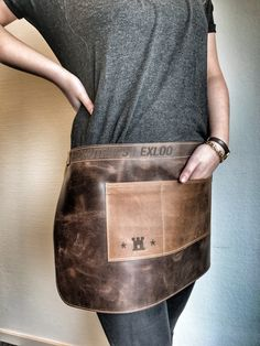 Leren sloof met logo - speciaal voor een schoenenwinkel Bar, Messenger Bag, Satchel, Milk, Cookies, Logo, Fashion, Satchel Purse, Crack Crackers