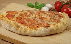 Kochvideo zum einfach nachkochen: Für jeden Pizzafan ist eine Calzone eine tolle Abwechslung zur Standard runden Pizza. Die Calzone wird wie eine typische Pizza