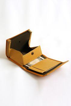 その使い勝手の良さに心地良さを感じます Leather Handbags, Leather Wallet, Simple Wallet, Handbag Patterns, Minimalist Wallet, Leather Projects, Leather Design, Leather Working, Card Wallet