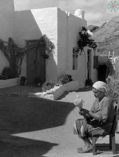 Greece, Island Skyros: spinner - Photographer: Max Ehlert - Published by: 'Die Dame' Old Photos, Vintage Photos, Greece History, Greece Photography, Greek Culture, Athens Greece, Greek Islands, Back In The Day, Egypt
