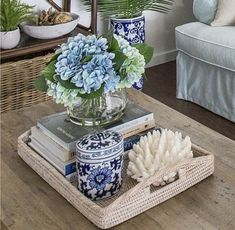 25 Cute Coffee Table Centerpieces You Need To Have. / 25 Cute Coffee Table Centerpieces You Need To Have. Feed your design ideas with over twenty five coffee table centerpiece arrangements you need to have. Coffee Table Arrangements, Coffee Table Centerpieces, Decorating Coffee Tables, Centerpiece For Kitchen Table, Centerpiece Ideas, Hamptons Decor, The Hamptons, Table Cafe, Coffee Table Styling