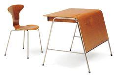 ARNE JACOBSEN (1902-1971) Bureau « Munkegaard » de professeur d'école en teck ouvrant à deux tiroirs en façade et reposant sur un empiètement tubulaire en métal à entretoises latérales. Vers 1955. H_70,6 cm L_91,4 cm P_68,6 cm