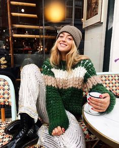 """Mi piace"": 7,619, commenti: 61 - Who What Wear (@whowhatwear) su Instagram: ""'Tis the season. Tap our link for 20 winter outfit ideas that will make you excited December is…"""
