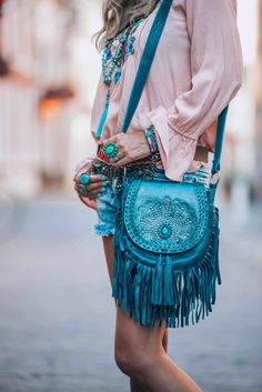The perfect little boho bag you have been dreaming about. The perfect little boho bag you have been looking for this summer! Beautiful fringe and a turquoise statement stone to make you stand out. Look Hippie Chic, Hippy Chic, Hippie Style, Bohemian Style, My Style, Gypsy Style, Moda Hippie, Moda Boho, Estilo Boho
