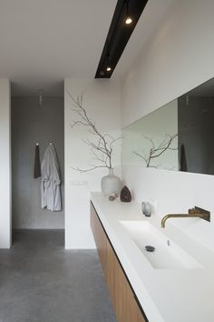 Modern bathroom design ideas can be used in most bathroom styles for an attractive midcentury look. Geometric patterns combined with angular and flowing designs for fixtures, furniture and countertops—plus a focus on high-quality natural or synthetic materials—are hallmarks of modern bath design.