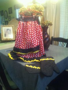 mother and daughter minnie mouse matching aprons