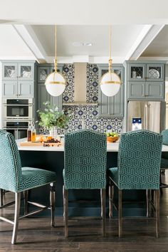 Salle à manger – HGTV Smart Home 2016 Kitchen & Dining Room (House of Turquoise) Kitchen Chairs, Kitchen Dining, Kitchen Decor, Dining Room, Kitchen Island, Island Stools, Bar Chairs, Counter Stools, Bar Stools