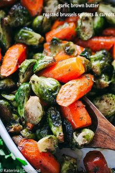 Garlic Brown Butter Roasted Brussels Sprouts and Carrots - Incredible Holiday side dish with brussels sprouts and carrots tossed in garlic brown butter and roasted to a delicious perfection! Garlic Brown Butter Roasted Brussels Sprouts and Carrots Low Carb Side Dishes, Healthy Side Dishes, Vegetable Side Dishes, Side Dish Recipes, Vegetable Recipes, Vegetarian Recipes, Healthy Recipes, Vegan Brussel Sprout Recipes, Veggie Recipes Sides