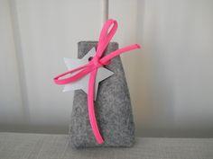 Pochon dragées forme bourse, feutrine grise et cordon rose fluo : Autres bébé par bebecoton