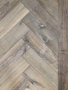 Mag ik introduceren onze nieuwe...oude vloer! Oude treinbielzen gemaakt in visgraat. Planken ook mogelijk. #dehoutfabriek #westbroek #visgraatvloer #eiken #houtenvloer #parketvloer #parket #design #interieur