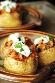 Gevulde chili aardappelen. Bereiden: Verwarm de oven voor op 200°C. Was de aardappelen, droog af en prik ze 4 tot 6 keer in met een vork. Bestrijk ze met 1 el olie en bestrooi met grof zeezout.Leg de aardappelen op een bakplaat en bak ze in hun geheel ca. 45 min. in de voorverwarmde oven. Verwarm 1 el olie en bak de ui, paprika en chili peper zacht.