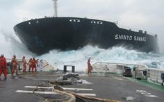 This photo was taken from a tug boat just moments after Shinyo Sawako collided with a fishing boat and killed 16 people. If you look closely, you can see the Captain on the fos'cle (bow) of the bulk-carrier standing by himself, in White. Wow Photo, Oil Tanker, Abandoned Ships, Merchant Marine, Merchant Navy, Tug Boats, Fishing Boats, Cool Photos, Amazing Photos