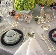 Clássica e forever, esta mesa linda de Ana Paula Duarte Mendes tem porta guardanapos de pássaros tropicais, que amei, by Monograma e flores a serem copiadas!