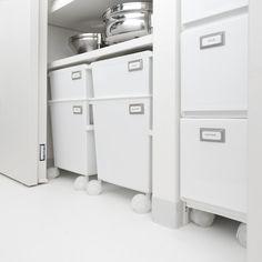 キッチン収納【食器棚の中身も衣替え】使いにくい場所の使い方 - シンプルモダンインテリア?