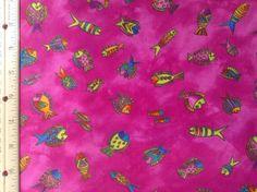 Raro y fuera de impresión color de rosa caliente con peces de colores y acentos metálicos oro. 44 pulgadas de ancho. Precio es por una pieza de una yarda. Si más va a ser continuo