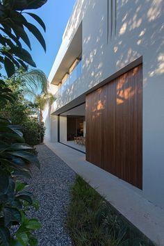 Imagine uma casa com uma bela piscina, espelho d'água, jardim, varanda gourmet, cantinho para massagem, academia, enormes banheiros e uma linda sala de jan