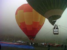 De fondo la neblina vistió la mañana del festival del aire