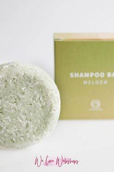 De Shampoobar is hot! Ik zie mezelf niet als iemand die als eerste een product test en de routine omgooit, maar met alle positieve verhalen uit mijn omgeving werd ik erg nieuwsgierig. Ik heb een Shampoobar getest en een uitgebreide review voor je geschreven hoe ik het heb ervaren. Van het gebruik tot het resultaat! #welovewebshops #shampoobar #shampoobars #plasticfree #plasticvrij #ecofriendly #zerowaste #shampoobarsfamily #organic #vegan #greenbeauty #noplastic #nopanicitsorganic No Plastic, Shampoo Bar, Beauty, Hair Sprays, Beauty Illustration