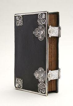 Biblia Neerlandica: rooms-katholiek gebedenboek (1761) Dubbele zilveren sluitingen (gegraveerd), met 3-zijdige rand en acht hoekstukken