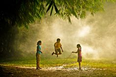 30 Magical Photos Of Children Playing Around The World - pasear los ojos. - 30 Magical Photos Of Children Playing Around The World We Are The World, People Of The World, Pinterest Photography, Amazing Photography, Landscape Photography, Cool Pictures, Cool Photos, Amazing Photos, Vietnam Voyage