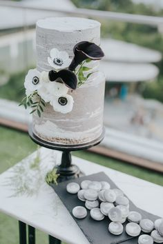 Jocelyn and Luke found their dream wedding venue at the beautiful Sky Garden Singapore where they wed under the sky and amidst fireworks. Rooftop Wedding, Wedding Venues, Wedding Desserts, Wedding Cakes, Sky Garden, Take The Cake, Beautiful Sky, Industrial Chic, Minimalist Wedding