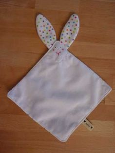 Cute little bunny lovey. Would make a great new baby gift! Baby Sewing Projects, Sewing Patterns For Kids, Sewing For Kids, Baby Patterns, Sewing Hacks, Handgemachtes Baby, Baby Toys, Kids Toys, Sewing Toys