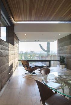 Rammed Earth House by Brent Kendle: This modern single story hillside home designed by Brent Kendle is located in Paradise Valley, Arizona. Modern Interior, Interior Architecture, Interior And Exterior, Interior Design, Sustainable Architecture, Modern Wood Chair, Haus Am Hang, Rammed Earth Homes, Hillside House