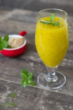 Smoothie cu mango, menta si ghimbir este un smoothie cremos, o combinatie gustoasa, perfect pentru dimineti frumoase :) Healthy Juices, Healthy Smoothies, Healthy Drinks, Baby Food Recipes, Diet Recipes, Vegan Recipes, Vegan Food, Smoothie Fruit, Diet Pills That Work