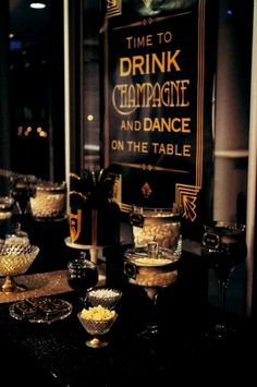Great dessert table at a Great Gatsby party. The ideal colors. Loved by we.artanna.be