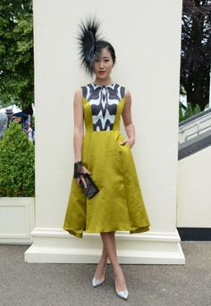 A yellow creation to watch the races for this guest