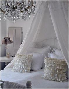 luikjes en tafeltjes naast bed. Alle beddegoed en de lampjes zijn super zoet