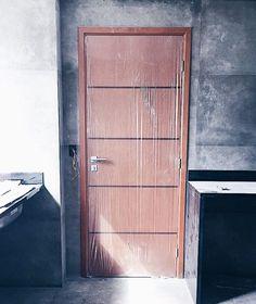 Não consigo parar de admirar essa porta e ver o quanto ela combinou com o nosso projeto! A ideia inicial era pintá-la de preto mas como não podemos pintar a porta pelo lado de fora do apartamento decidimos não ficar com uma porta metade pintada! Isso vale pra porta da frente da casa também! Mas combinou perfeitamente com tudo!