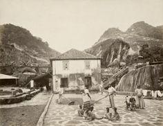 Foto da Fazenda Quititi, no Rio de Janeiro, 1865. Observe o impressionante contraste entre a criança branca com seu brinquedo e os pequenos escravos descalços aos farrapos (Georges Leuzinger/Acervo Instituto Moreira Salles).