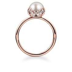 THOMAS SABO Ring from the Fine Jewellery Collection. In the extraordinarily-elegant setting of this 18k rose gold ring, the shimmering cultivated freshwater pearl sits as if in a budding lotus flower, on whose petals white diamonds dazzle. [Artikeltabelle]Category:Ring Material:18k rose gold Stones:white diamond (0,16 ct.), cultivated freshwater pearl Measurements:Size approx. 0,9 cm (0,35 Inch) Itemnumber:J_TR0004-733-14[/Artikeltabelle]