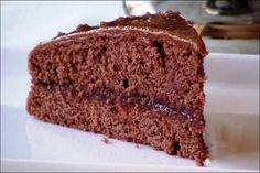 Capricho de chocolates,   ingredientes:   Para el bizcocho:   2 huevos y 300 gr. de azúcar  150 ml. de leche y 150 gr. de mantequilla  250 gr. de harina, 30 gr. de cacao y 8 gr. de polvo de hornear  2 cucharadas de postre con esencia de vainilla  Mermelada de frutas del bosque para el interior de fresa, o frambuesas...  Para hacer el glaseado:   75 gr. de mantequilla y 200 gr. de azúcar  4 cucharadas de chocolate blanco en polvo o 150 gr. de tableta.  1 cucharada sopera de café soluble en…