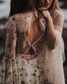 Blumenstickerei und Polka Dot-Stickerei uff Brautkleidern # Braut # Kleid # Hoch… Flower embroidery and polka dot embroidery on wedding dresses # Bride # Dress # Wedding … Source by dresses gowns Hippie Elegante, Pretty Dresses, Beautiful Dresses, Bride Look, Dream Dress, Wedding Gowns, Bridal Gown, Hippie Wedding Dresses, Floral Wedding Dresses