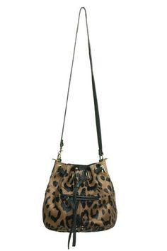 Image d'une bourgeoisie bien ancrée, le sac seau voit le jour en 1929 et doit sa forme à Angèle Lancel.