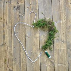 DIY delicate spring wreath from a wire hanger on Mrsgreenhouse.de - Spring wreath You are in the right place about diy cuarto Here we offer you the most beautiful pict - Christmas Wreaths, Christmas Crafts, Christmas Decorations, Diy Home Crafts, Crafts For Kids, Wood Crafts, Paper Crafts, Diy Para A Casa, Deco Nature