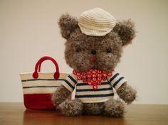 鉤針編みで作った編みぐるみです。ハナペチャ犬のフレンチブルドッグをデフォルメした感じで作っています。お洋服を3枚、帽子が2つ、スカーフとバッグ、すべて手編みで...|ハンドメイド、手作り、手仕事品の通販・販売・購入ならCreema。
