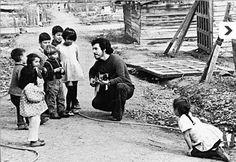 Victor Jara singing to children. Creative Photography, Art Photography, Victor Jara, John Lennon, Photo Manipulation, Rock And Roll, Behind The Scenes, Singing, Folk